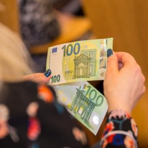 В конце мая в обращение поступят новые банкноты номиналом в 100 и 200 евро. Фото: Банк Эстонии.