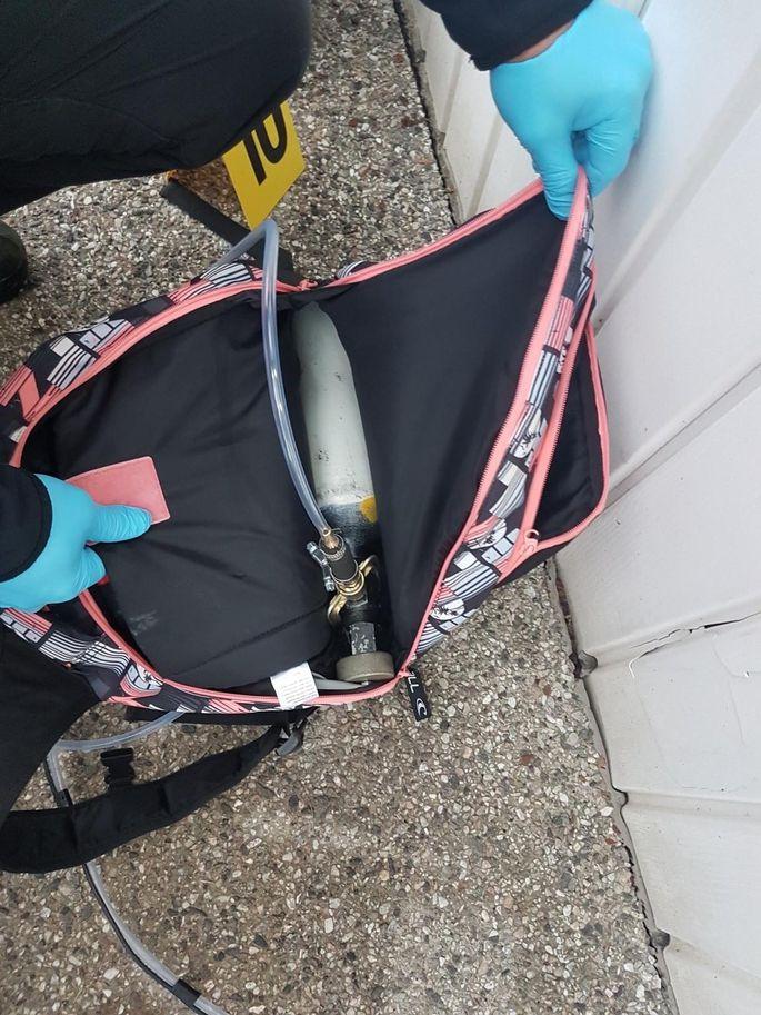 У преступников был самодельный газовый баллон и запал, с помощью которых они хотели взорвать банкомат.  Фото: Põhja prefektuur.